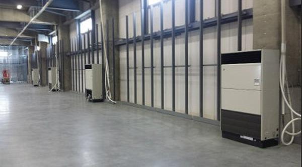倉庫に床置形エアコン設置工事★ 用途にあったエアコンをご提案!何でもご相談下さい!