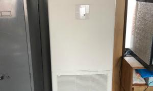 滋賀で床置型エアコン取付工事!25年間エアコン一筋職人(*^^*ゞ