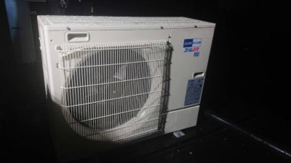 京都の暗闇にひっそりとエアコン室外機取付完了!