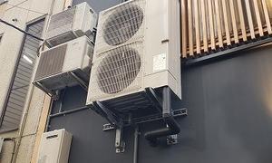 業務用エアコン室外機を壁面キャッチャーで取り付け!