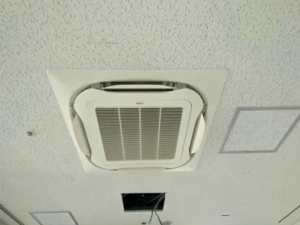 滋賀で業務用エアコン入替工事!4方向カセットエアコンです。